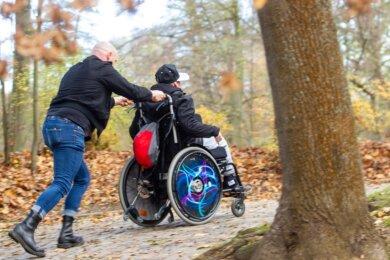 Wenn's mit Vater Frank Horn über Stock und Stein geht, wie hier im Plauener Stadtpark, dann fühlt sich Colin wohl. Doch zuvor muss der Rollstuhl ins Auto - das ist derzeit ein Problem. Ein Kombi muss dringend her.