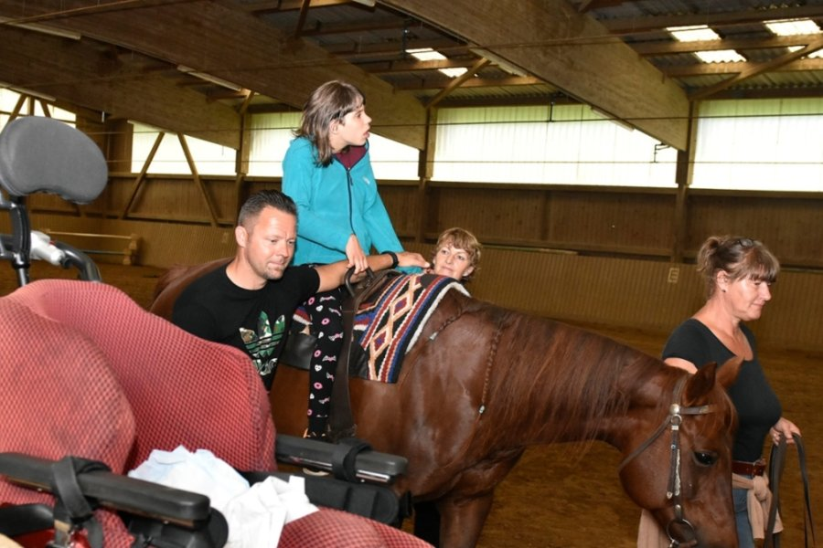 Hippotherapie in einer Reithalle in Bobenneukirchen: Physiotherapeutin Constanze Seidel arbeitet mit Annika, Vater Michael Weigand unterstützt sie dabei. Cornelia Trasch (rechts) führt das Pferd.