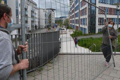 """Auf dem Sonnenberg hat am Mittwoch der Aufbau einer Freiluftgalerie begonnen, die die Dresdner und die Sonnenstraße in eine """"Kulturhauptstraße"""" verwandelt. Rechts im Bild Projektleiter René Bzdok."""