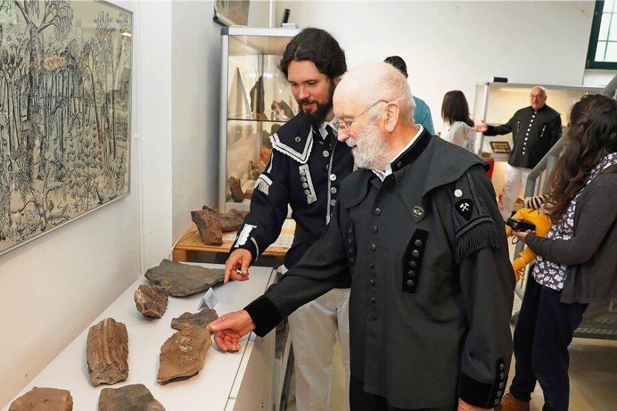 """Günter Aurich (vorn) und Joe Jacob sahen sich in der neuen Ausstellung """"Das Schwarze Gold"""" in Reinsdorf um."""