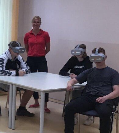 Mit VR-Brillen werden Berufe vorgestellt.