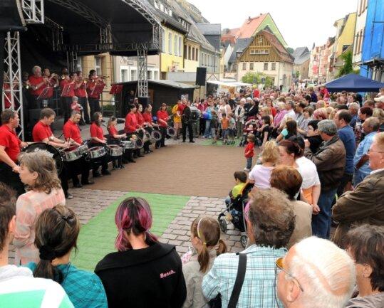 Das Fanfaren- und Trompetenkorps Zschopautal sorgte beim Shoppingtag 2011 in der Rochlitzer Weberstraße für Stimmung.