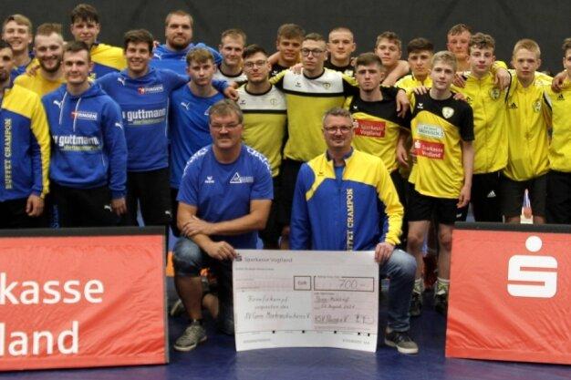 Die Teams des KSV Pausa (rechts) und des AV Germania Markneukirchen freuten sich darüber, endlich wieder vor Zuschauern ringen zu können. Nach dem Benefizkampf übergaben die Pausaer Ringer einen Spendenscheck in Höhe von 700 Euro an die Markneukirchener.