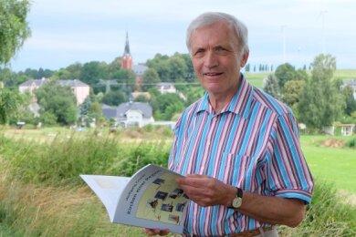 Wolfgang Gruner mit seinem Buch.