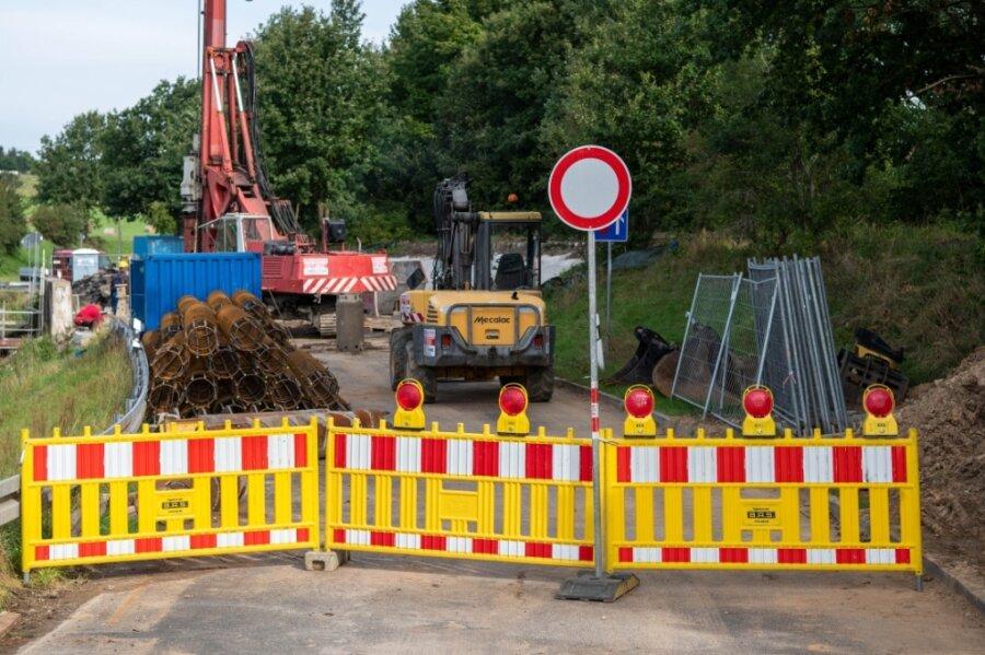 Auf der B 107 geht in Richtung Colditz nichts. Denn die Brücke bei Möseln wird saniert. Derzeit werden durch Mitarbeiter der Firma Häselbarth Spezialtiefbau Bohrpfähle gesetzt.