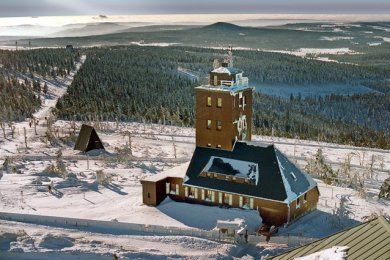Blick vom Aussichtsturm des Fichtelberghauses auf die Wetterwarte, wie er sich vergangenen Winter bot. Am Mittwoch vor 100 Jahren wurde die Station eingeweiht.