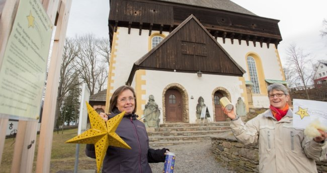 Antje Martin (links) und Dorothea Wendrock gehören zu den Initiatorinnen des Weihnachtsweges in Großrückerswalde.