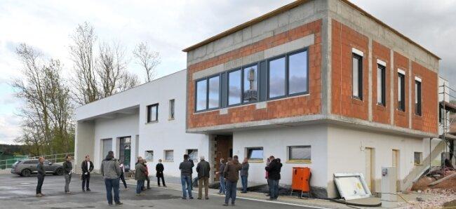 Stippvisite des Gemeinderats in der neuen Wache. An der Fassade fehlt noch immer die Verkleidung, es gibt einen Lieferengpass.