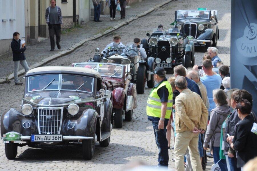 Aus Mülsen kommend, werden die Oldtimer-Fahrzeuge am Donnerstag gegen 12.35 Uhr an der legendären Steilen Wand von Meerane zu sehen sein und weiter in Richtung Sachsenring rollen.