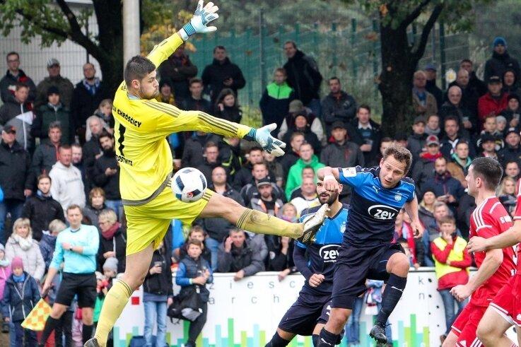 Zwickaus Robert Koch (Mitte) überwand Petr Kralicek von der SG Crostwitz zum vorentscheidenden 2:0.