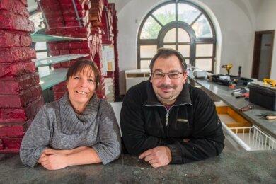 """Susann Gollmann und Jörg Biedermann wagen sich im """"Goldenen Hirsch"""" in Schneeberg bald an ein neues Konzept: Sie wollen Gästen Hamburger, Steaks und selbst gebrautes Bier servieren."""