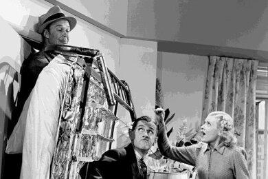 """Das Schrankbett dient vor allem in alten Filmen gern für Klamaukszenen, wie hier im US-amerikanischen Streifen """"Time out for Trouble"""" aus dem Jahr 1938 mit Dick Curtis, Charley Chase und Louise Stanley (von links). Mittlerweile aber erfährt diese Art des versenkbaren Bettes aus vielerlei Gründen zunehmende Beliebtheit."""