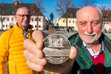 Gemeinsam präsentierten Helmut Herholz (r.) und der Marienberger Oberbürgermeister André Heinrich die von den Freiberger Münzfreunden herausgegebene Medaille.