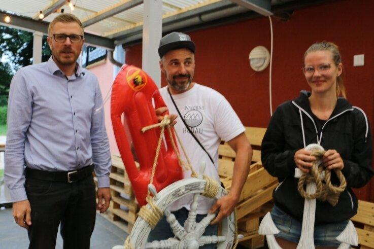 Bürgermeister Michael Frisch (links) überraschte Badbetreiber André Schatz und Pia Mönnig mit Geschenken.
