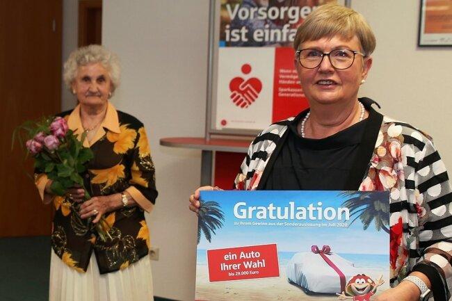 Sparkassen-Vorstand Heike Smolinski (r.) überreichte Brigitte Piske den Gutschein.