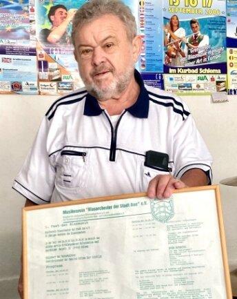 Stefan Richter zeigt das Plakat vom ersten Musikfest.