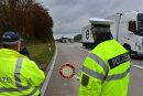 """Kontrolle der Polizei auf der Autobahn A 4 in Richtung Chemnitz auf dem Parkplatz """"Rossauer Wald"""" zwischen Hainichen und Frankenberg."""