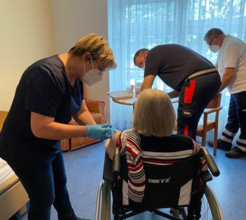 In der DRK-Kurzzeitpflege in Brand-Erbisdorf ist das mobile Impfteam in Mittelsachsen erstmals zum Einsatz gekommen. Hier hatte Ärztin Gabriele Rochlitzer-Mattern die Impfungen übernommen.