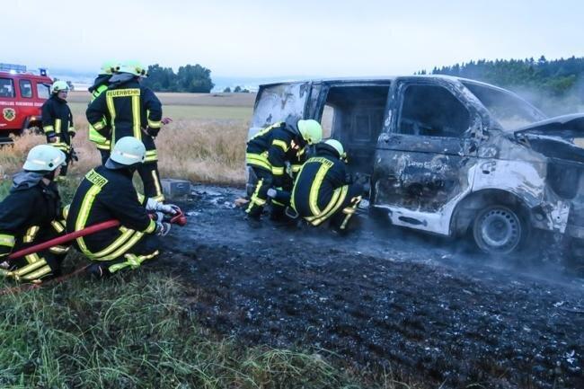 Einsatz auf einem Feld bei Zschorlau: Hier zündeten Fahrzeugdiebe einen Transporter an.