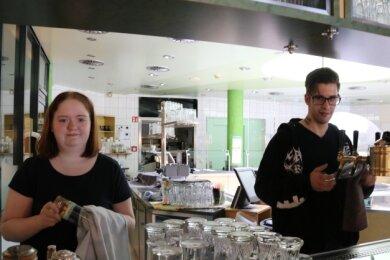 Lysanne Schüler und Andreas Frank können ihre Ausbildung zur Köchin und zum Restaurantfachmann auch in der Coronazeit fortsetzen. Fürs Foto haben sie die eigentlich geschlossene Bar im Bad kurz geöffnet.