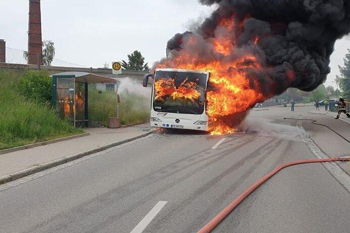 Penig: Linienbus brennt aus