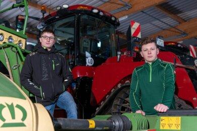 Willi Majer (l.) und Benny Wendt sind Azubis bei Agraset Naundorf und lassen sich am Rochlitzer Berufschulzentrum zu Landwirten ausbilden. Die Verlegung der Ausbildung nach Freiberg sehen sie kritisch.