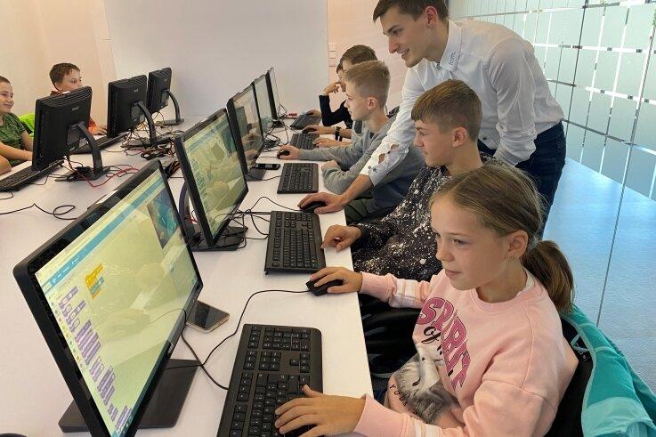 Azubi Max Kuhfeld gibt den Schülern während des Workshops den einen oder anderen Tipp.
