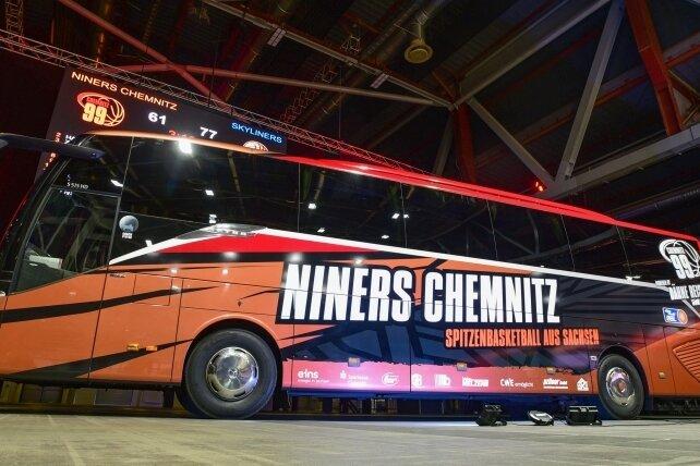 Zum Heimspiel am Sonntag haben die Niners ihren neu gestalteten Teambus in der Messe geparkt.