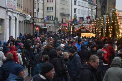 So viel Andrang wie am letzten Tag des Weihnachtsmarktes am Sonntag war längst nicht jeden Tag zu verzeichnen. Zahlen erhebt das Rathaus zwar nicht, dennoch räumte man auch dort ein, dass es im Vergleich zum Vorjahr Einbußen gab. Auch deshalb werden 2019 die Öffnungszeiten gekürzt.