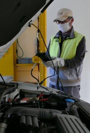Fahrzeugprüfer Jens Martin beim Check einer Batterie: Es ist einer von mehreren Tests.