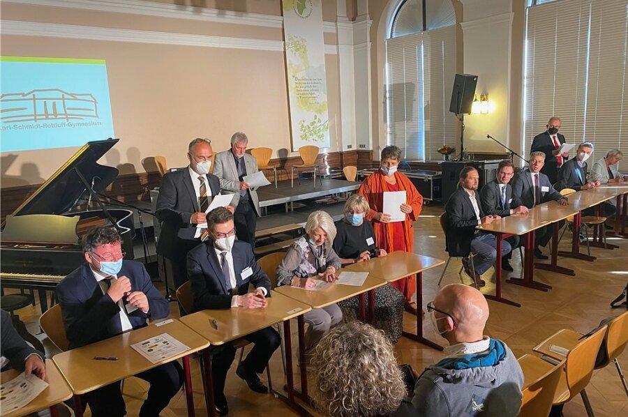 Bürgermeister, Schulleiterinnen und Schulleiter, Vertreter von Universitäten und des Freistaates unterschrieben am Donnerstag am Chemnitzer Karl-Schmidt-Rottluff-Gymnasium eine Kooperationsvereinbarung für ein M.I.T.-Netzwerk in der Chemnitzer Region.