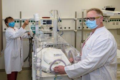 Chefärztin Monika Hofmann und der leitende Oberarzt Andreas Huster bereiten einen Inkubator vor, in dem Frühchen versorgt werden können. Er gehört zur Ausstattung der neuen Neonatologie im Krankenhaus Rabenstein, die nun fertiggestellt wurde.
