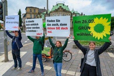 """Zeigt die Ampel """"Rot"""", gibt es grüne Botschaften: Straßenwahlkampf in Zwickau unter anderem mit Spitzenkandidatin Merle Spellerberg, der Landesvorsitzenden Christin Furtenbacher und dem Direktkandidat Wolfgang Wetzel (v.r.)."""
