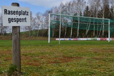 So wie in Krumhermersdorf sieht es seit Wochen auf vielen Fußballplätzen des Erzgebirges aus. Nun hoffen alle, dass sich dies bald ändert.
