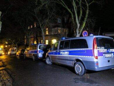 Fahrzeuge von Polizei und Rettungsdienst stehen vor dem Pfarramt der St. Nikolai-Kirchgemeinde.