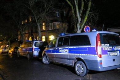 Fahrzeuge von Polizei und Rettungsdienst standen an Heiligabend vor dem Pfarramt der St. Nikolai-Kirchgemeinde.