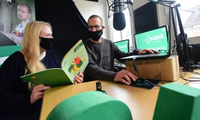 Studioleiterin Annika Schulz und Medienpädagoge Jonas Schmiedgen ertüchtigen Menschen in Chemnitz und Umgebung für den Umgang mit Medien. In ihrer Einrichtung an der Ludwigstraße haben sie sogar ein eigenes kleines Tonstudio.