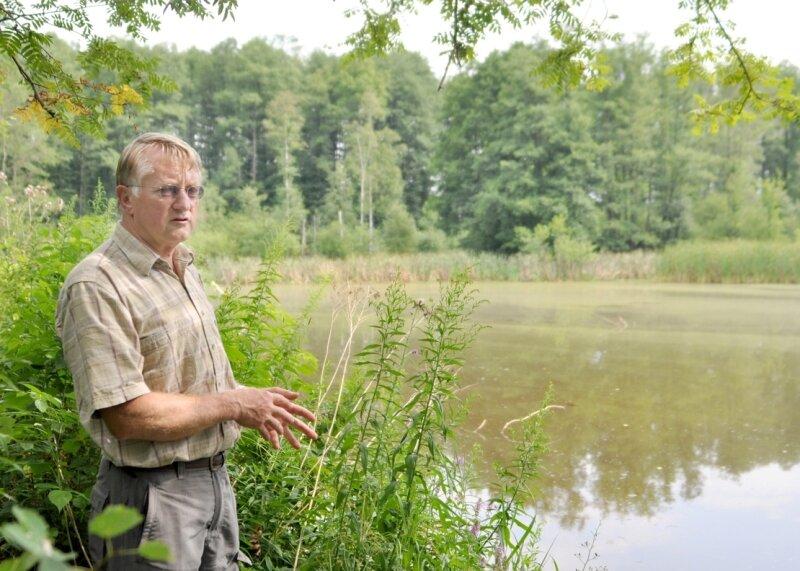 """<p class=""""artikelinhalt"""">Der Schwarzer Teich wurde illegal abgefischt. Michael Thoß vom Förderverein des Natur- und Umweltzentrums Vogtland, dem der Teich gehört, hat wenig Hoffnung, dass die Fischdiebe ermittelt werden.</p>"""