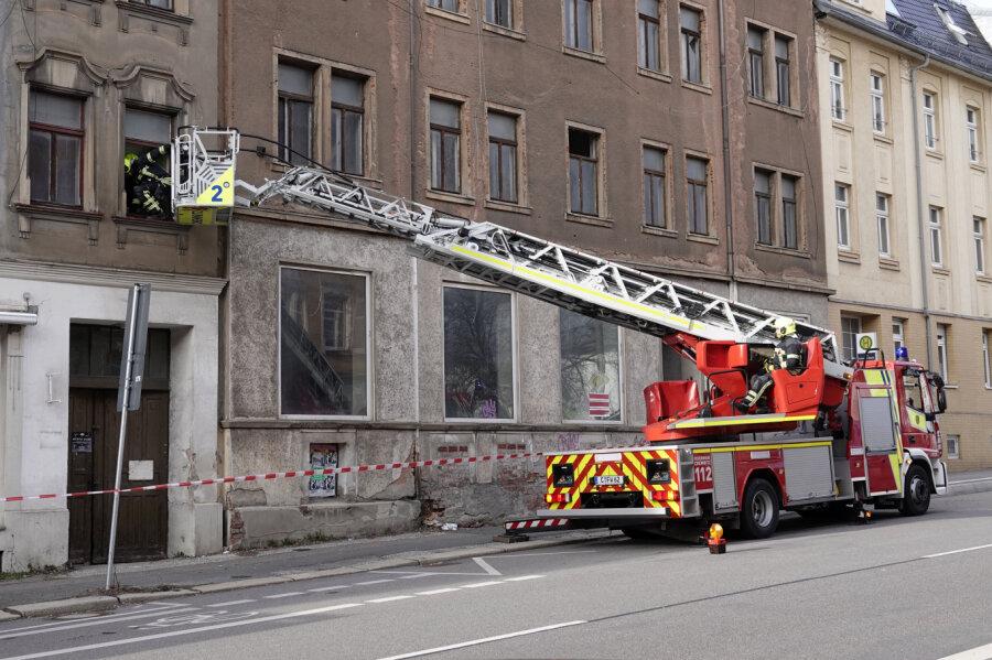 Herabfallende Fensterscheiben - Feuerwehreinsatz an Frankenberger Straße