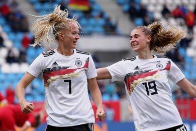 Lea Schüller (links) mit ihren vier Treffern und Jule Brand gehörten zu den besten Spielerinnen der deutschen Nationalmannschaft beim Sieg gegen Serbien.