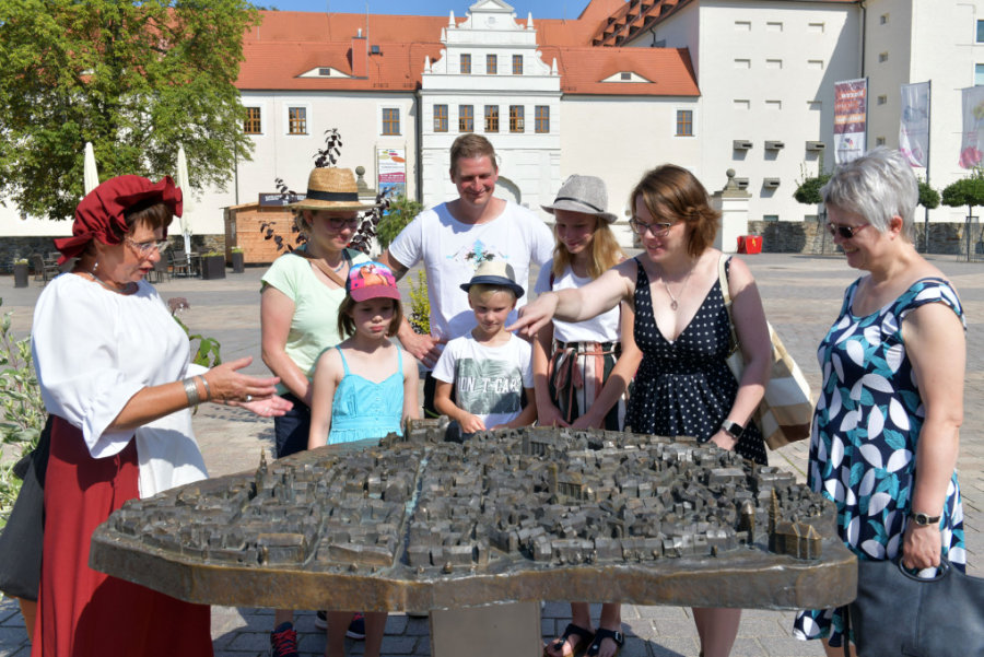 Die Familienführung mit Anna Magdalena Poltermann startete am Samstag am Modell der Altstadt Freiberg.
