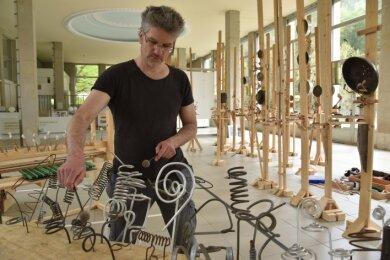 Albrecht Fersch, Performance-, Aktions- und Installationskünstler, stellt in der Kunstwandelhalle in Bad Elster seine Klangskulpturen aus.