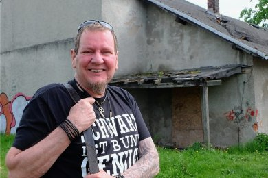 """Holger """"Fritz"""" Junghans vor dem maroden Lokschuppen hinter der Villa Facius in Lugau. Das Gebäude soll abgerissen werden. Auf der Fläche soll eine sogenannte Maxi-Ramp entstehen. Der Streetworker hofft, dass ein Teil der Kosten durch ein Crowdfunding finanziert werden kann."""