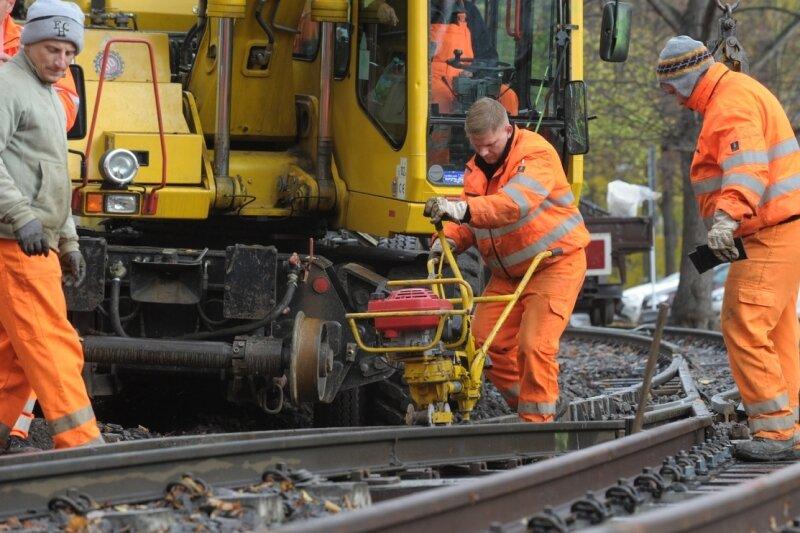 Mitarbeiter der Firma DB Netz am Dienstag beim Einbau der Weiche für das zweite Gleis am Bahnhof Küchwaldwiese der Parkeisenbahn.