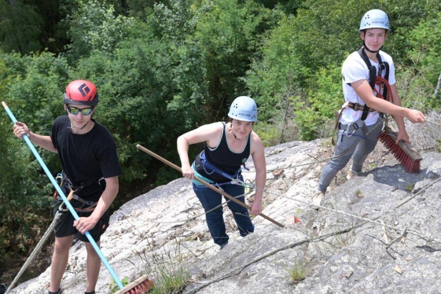 Lukas Anger aus Eibenstock, Laura Weißmann aus Johanngeorgenstadt und Julien Kämpfe aus Eibenstock (von links) haben beim Feinschliff am Windisch-Felsen mit angepackt.