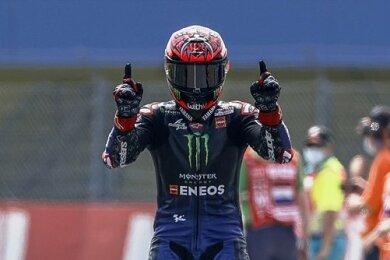 Der Franzose Fabio Quartararo lässt sich nach seinem Sieg in der MotoGP feiern.