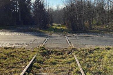 In Oelsnitz führt die Gleisstrecke über die Grenzstraße.