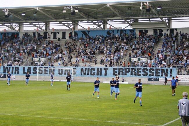 """Die Ultras Chemnitz hatten einen Boykott der CFC-Fankurve angekündigt. In der Südkurve stand - wie auch schon beim vorangegangenen Spiel - auf einem großen Banner: """"Wir lassen uns nicht erpressen!""""."""