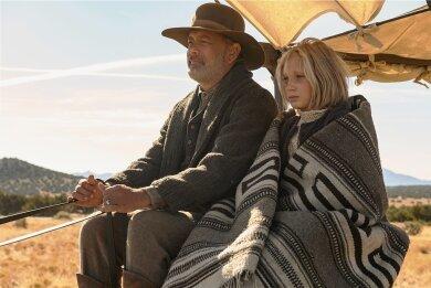 """Helena Zengel als Johanna Leonberger an der Seite von Tom Hanks als Captain Jefferson Kyle Kidd in einer Szene aus dem Drama """"Neues aus der Welt"""". Der Film brachte der Schülerin eine Golden-Globe-Nominierung ein."""