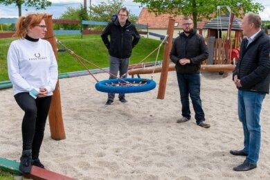 Marika Tändler-Walenta, Bundestagsmitglied Sören Pellmann, Benjamin Kahlert vom Kreissportbund Mittelsachsen und Andreas Wagner (v. l.) beim Rundgang in Milkau.